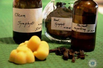 Maść żywokostowa – jak zrobić i jakie ma właściwości.30 g wosku pszczelego  30 ml maceratu z żywokostu – przepis na wykonanie znajdziecie tutaj  20 kropli olejku eterycznego o działaniu przeciwzapalnym czyli do wyboru: goździkowy (jest również przeciwbólowy), geraniowy, miętowy, eukaliptusowy, z melisy, z drzewka herbacianego, cynamonowy, szałwiowy lub cytrynowy.  15 ml ( 1 łyżka) maceratu nagietkowego – jeśli nie masz, daj więcej oleju konopnego  100 ml oleju konopnego lub lnianego  30 ml…
