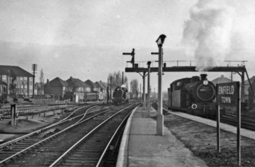 PHOTO-ENFIELD-TOWN-RAILWAY-STATION-1957-PLATFORM-END-SCENE-TOWARDS-LONDON