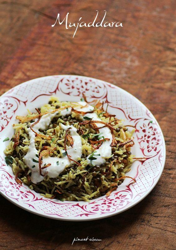 mujaddara : riz, lentilles, oignon frit et sauce yaourt....http://www.piment-oiseau.fr/archives/2015/03/25/31769674.html