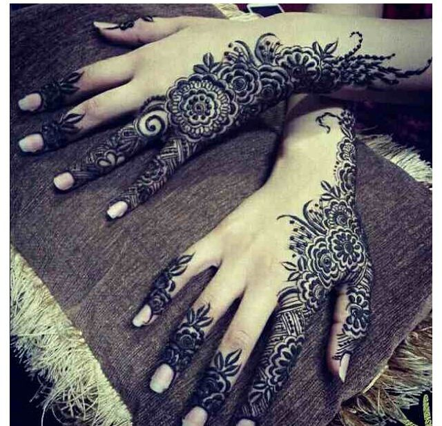Detailing done by Arabic henna just on the sides of the hand. Looks elegant and hot. Isn't it?
