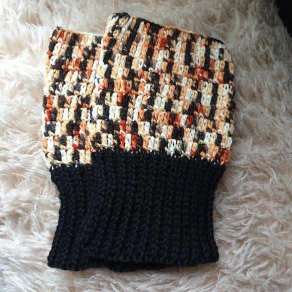 三毛猫色のソックヤーンで編んだハンドウォーマーです。かぎ針編みで薄手に仕上げました。手首の黒い部分は、ねじり一目ゴム編みでスッキリさせています。こちらはウール...|ハンドメイド、手作り、手仕事品の通販・販売・購入ならCreema。