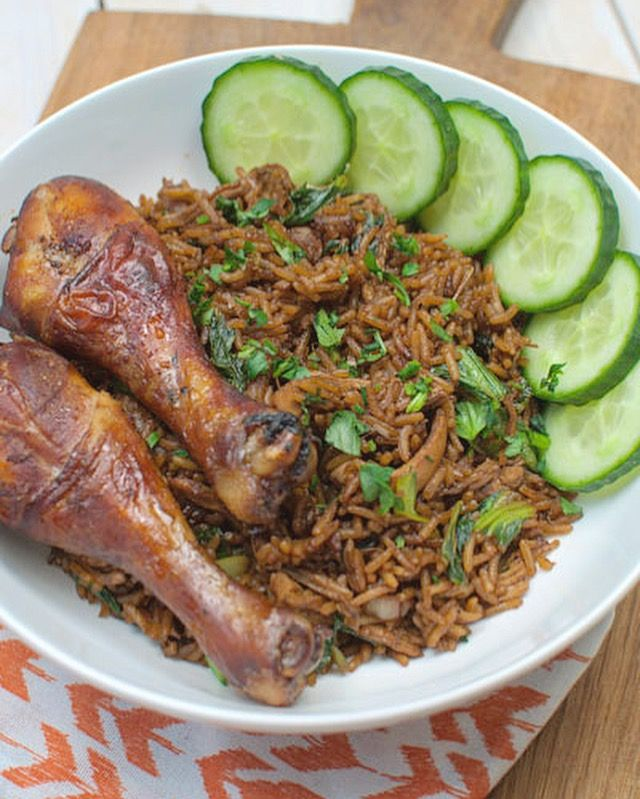 De Surinaamse nasi met paksoi en kip is verslavend lekker! Makkelijk om te maken en supersnel klaar. Lekker met geroosterde kip, verse komkommer en sambal.