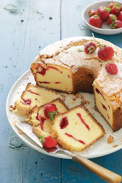 ...λεπτά. Αφαιρούμε το κέικ φράουλας από το ταψί και το αφήνουμε να κρυώσει εντελώς στην σχάρα (περίπου 1 ώρα)....