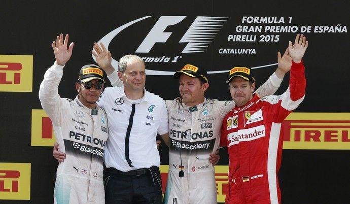 Lewis Hamilton chamou a atenção ao subir ao pódio de óculos escuros