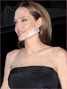 Angelina, tem um pouco de rosto no seu pó! E o terror do pó translúcido ataca a musa soberana intocável, Angelina Jolie – a essa altura do campeonato – Pitt. E olha Angizinha, um é bom, dois é de.. demita seu maquiador! A foto acima foi hoje num tapete vermelho em NY e na quinta …