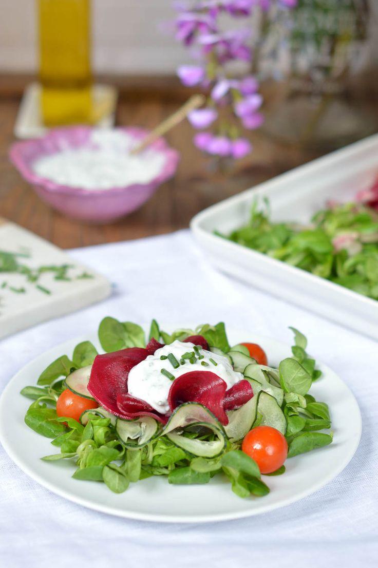 Ensalada fresca de remolacha y pepino con salsa de queso fresco batido y cebollino