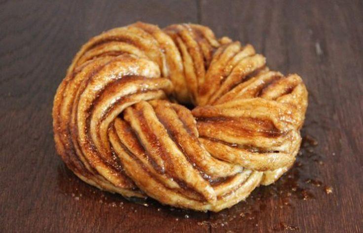"""Kringel-ul este un desert foarte popular în Estonia, acesta fiind gătit cu """"strictețe"""" la diverse aniversări sau alte ocazii speciale. Kringel-ul este de fapt o ruladă cu scorțișoară, tăiată în jumătate și apoi împletită, care capătă un aspect spectaculos pe măsură ce se coace în cuptor, evidențiindu-se astfel mai multe straturi pufoase de aluat cu …"""