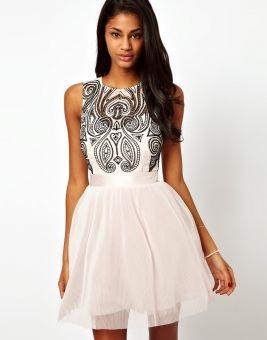 Белое вечернее платье с пышной юбкой и геометрическим узором на