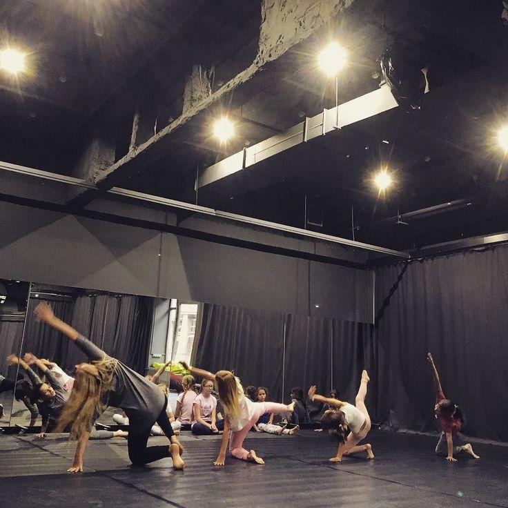 Zajęcia otwarte Małego Teatru Ruchu @kccnck podczas Kombinatu Kultury!  #encek #kombinatkultury #kulturakrk #taniec #teatr #studiotaneczne #czarny #dance #contemporarydance #dancestudio #kcc