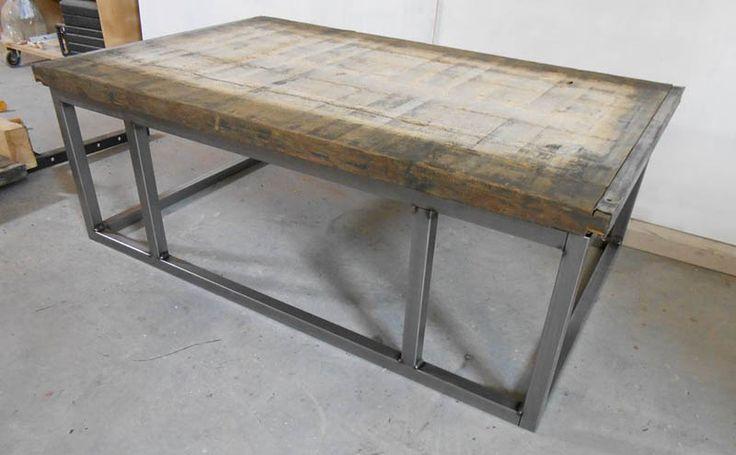 Salontafel van steenschot met stalen onderstel.