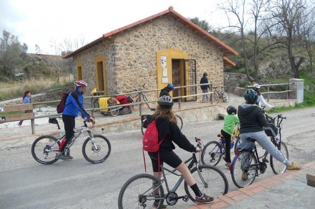 Una nueva generación de padres más deportistas, preocupados por la salud y con ganas de conocer los paisajes y culturas de otros lugares... http://www.viajarenfamilia.net/viajes/la-via-verde-de-ojos-negros/