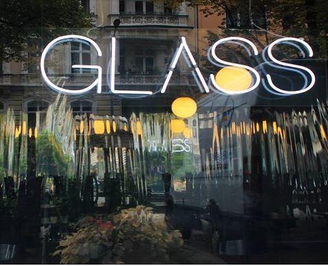 Gourmet kann auch anders: nämlich jung und inspirierend. Das neue Restaurant  GLASS in Berlin kommt mit einer modern, minimalistischen Einrichtung daher und bietet eine anspruchsvolle Küche in der sowohl Fleischliebhaber als auch Vegetarier fündig werden. >>>
