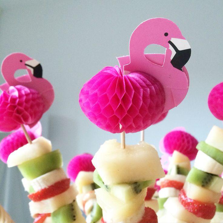 Gezonde traktatie crèche peuters met meloen, banaan, ananas, aardbeien en kiwi op een leuke flamingo prikker