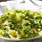 Salat er supert når vi har det travelt og ønsker litt mat i en fei. I denne salaten skal alle ingrediensene være grønne, og den kan også serveres som tilbehør til både pølser, kylling og fisk.