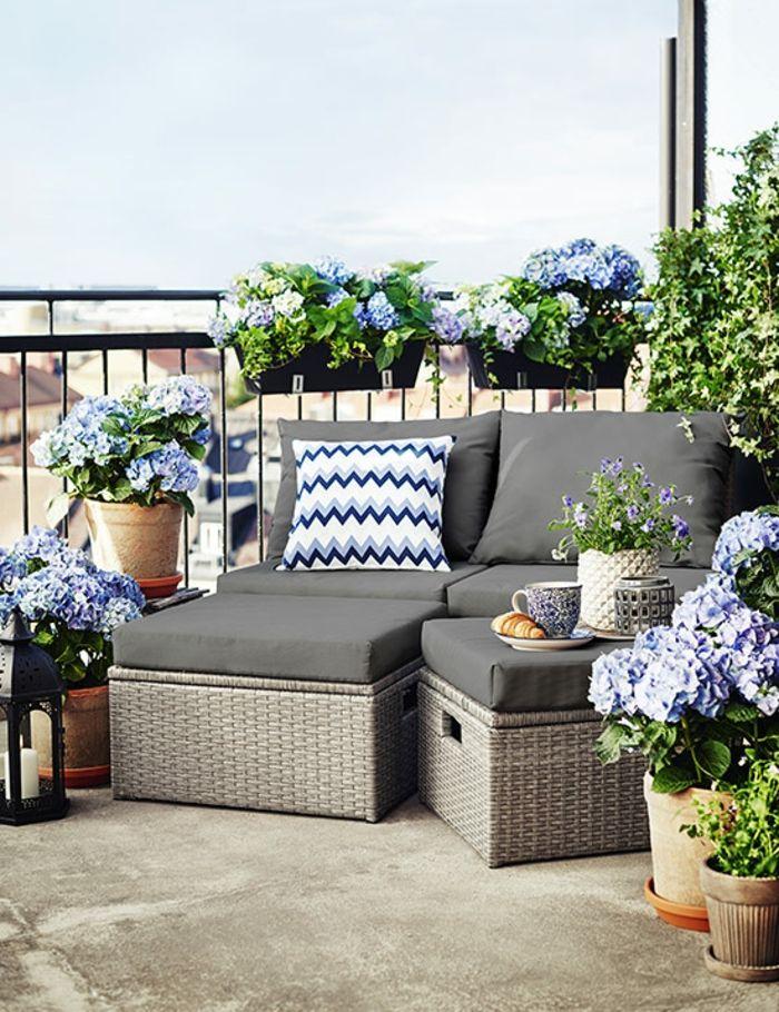 Kreative Balkonmobel Fur Kleinen Balkon Sessel Hocker Und Zusammen Ein Liegestuhl Frische Blumen Zu Small Balcony Decor Balcony Decor Outdoor Furniture Sets