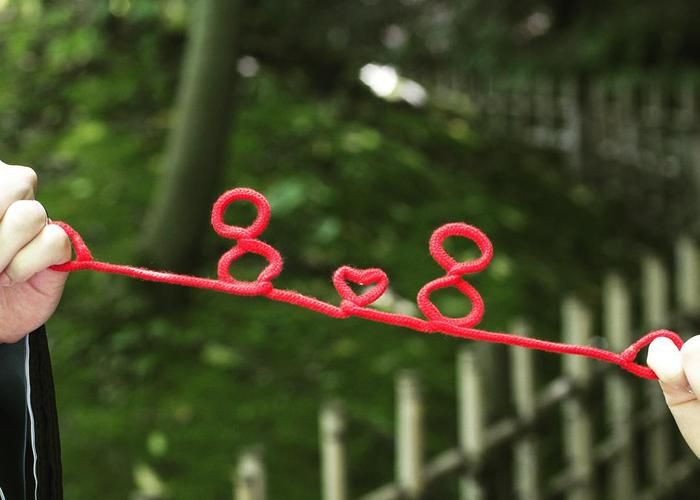 """今流行の前撮りアイテム「赤い糸」は定番の""""LOVE""""以外も可愛い!"""