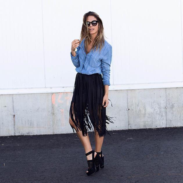 Bon jeudi! Aujourd'hui, notre #lookdujour vient de @shopthe26thlook avec un duo très tendance cette saison : la chemise en jean et la jupe à franges! #frange #streetstyle