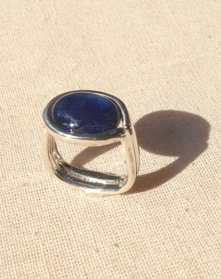 Blue sapphire on rattan series sterlling silver setting #luwibonararifin #luwidesign #lubondesign #silver #rings #modernring #style #instyle #fashion #bluesapphire #preciousstone #gems #trend