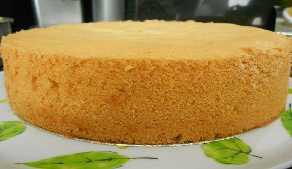 O Pão de Ló de Leite Quente da Isamara fica muito fofinho e saboroso. É ideal para rechear ou cortar e colocar em bolos de pote. Seus clientes e amigos vão