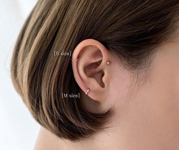 Simples et super minuscules 92,5 Sterling argent boucles d'oreilles pour les piercings tragus et le cartilage. Ils sont disponibles en couleurs argentées, or et rose d'or.  Cette liste est pour une seule pièce de boucles d'oreilles créoles.  Matériaux: 92,5 Sterling argent, or / Or Rose plaqué sur argent  Taille : Diamètre intérieur de S et M taille: 5x5mm  Cet article sera expédié dans le monde entier dans 1-3 jours ouvrables. Estimation des délais de livraison : -États -Unis, Canada…