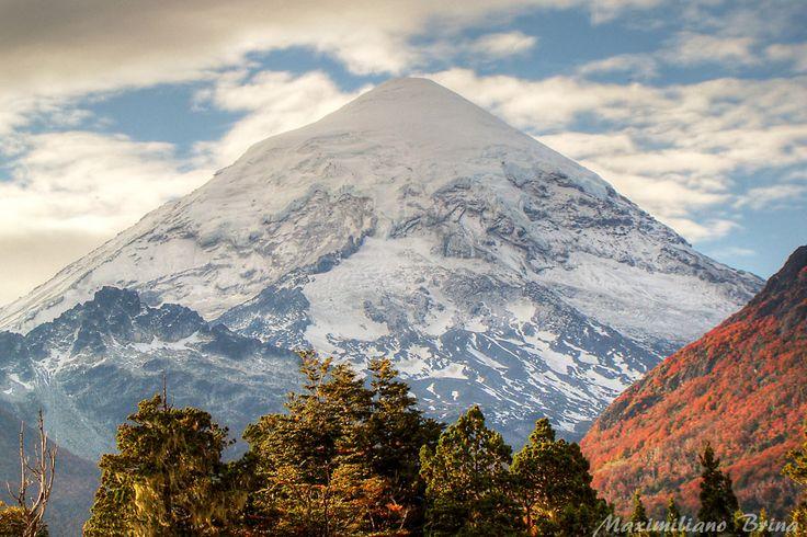 """Monte Lanín es una 3776m alto en forma de cono del volcán en la frontera de Argentina y Chile. Se encuentra ubicado en dos Parques Nacionales: Lanín en Argentina y Villarrica en Chile. Es uno de los destinos de montaña más populares de la Patagonia. Se supone que debe ser extinguido. La fecha de su última erupción se desconoce, aunque se estima que se han producido en los últimos 10.000 años. De ahí el nombre de """"Lanin"""", que significa """"roca muerta"""" en mapudungun (lengua mapuche)."""