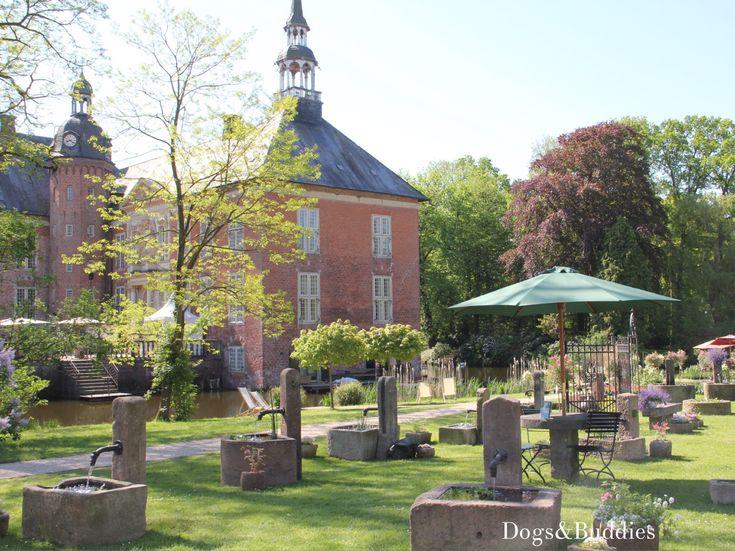 Good Landpartie Schloss G dens bei Sande Niedersachsen Ausflug mit Hund Landpartie Wasserschloss OldenburgDogsGermany