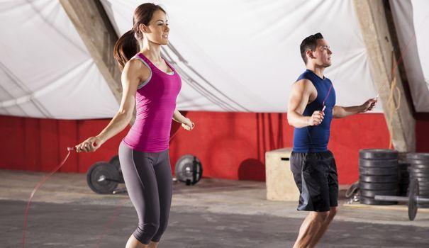Pular corda para emagrecer é uma forma barata e rápida de queimar gordura. Incluir esse exercício na sua rotina traz vários benefícios.