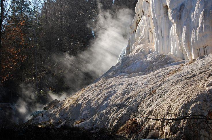 Le sorgenti calde del Fosso Bianco sgorgano alla temperatura di 52°C. e creano concrezioni calcaree e vapori di contrasto. Atmosfera emozionante e ricca suggestioni.