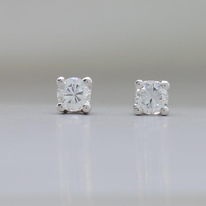 Wit gouden oorbellen met 0.36 ct. aan briljant gelepen F - G (fine white) / VS diamanten - NO RESERVE  Diamant: natuurlijk / onbehandeld Certificaat: GoudNL certificaat Staat: in nieuwstaat gebracht Karaat: 0.36 ct. (2 x 0.18 ct.) Kleur: F - G / Fine White Zuiverheid: VS Slijpvorm: briljant Slijpkwaliteit: very good Oorbel diameter: 5.00 mm Kenmerk: 750 (18k) massief goud Gewicht: 1.22 gram Verzending: aangetekend met extra verzekering  EUR 2.00  Meer informatie