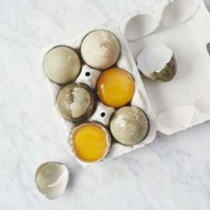 Vegetariska burgare med god sälta från halloumin toppad med dressing och avokado