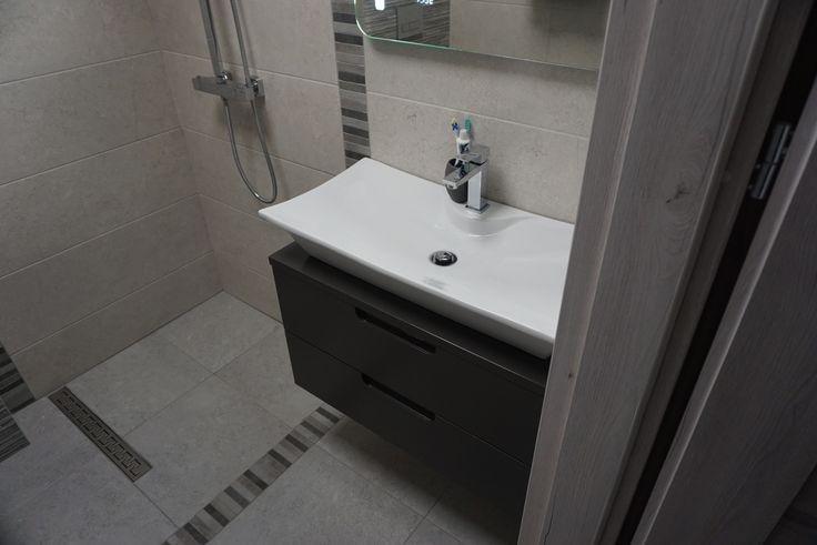 Czarny, matowy lakier szafki łazienkowej Rise od Furni pięknie komponuje się z połyskliwą umywalką nablatową. Otwarty prysznic w małych pomieszczeniach zapewnia oszczędność miejsa i wrażenie przestrzeni.