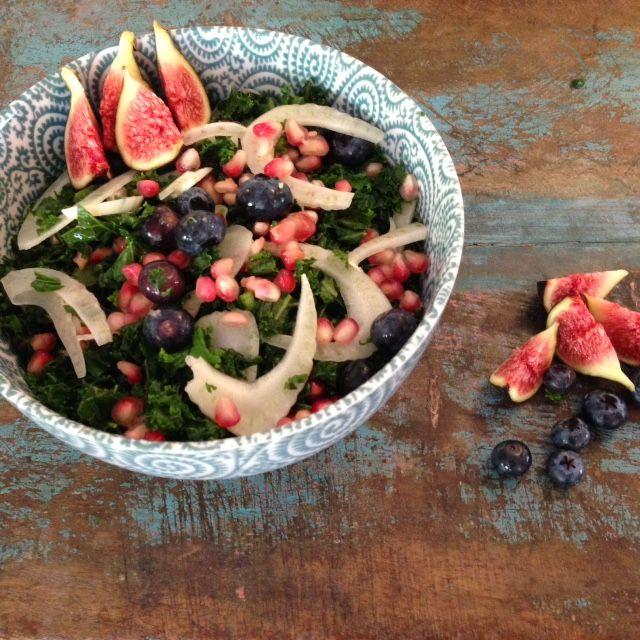 Het ingrediënt wat vorig jaar zo hot hot hot was is er deze winter ook gewoon weer. En wij vinden het nog steeds een hot ingrediënt. Vandaar deze heerlijke boerenkool salade met een herfstachtig tintje.
