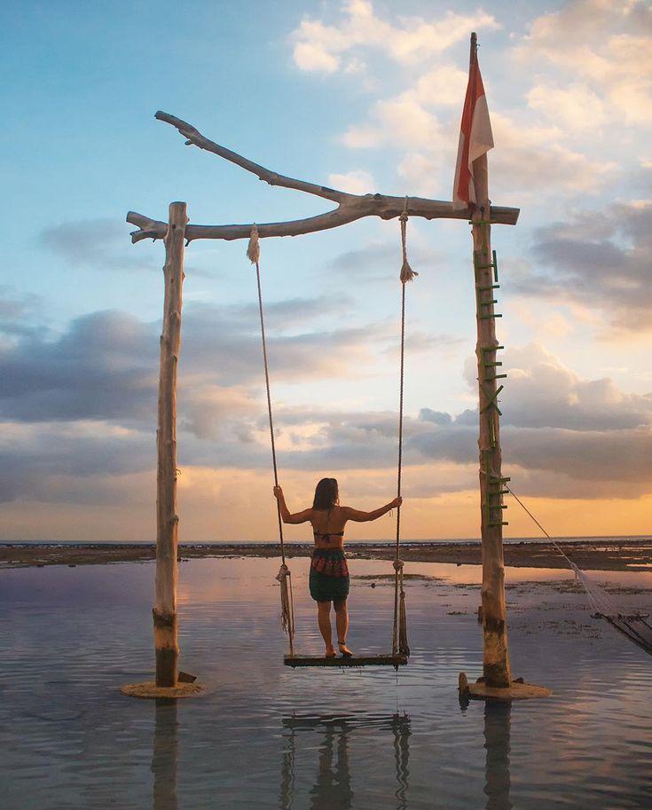 Gili Trawangan merupakan salah satu destinasi terbaik untuk menyaksikan pemandangan matahari terbenam di Indonesia. Di sisi barat tepi pantainnya banyak terdapat ayunan dengan berbagai bentuk yang bisa kamu gunakan untuk berfoto atau sekadar duduk berayun menikmati suasana senja. . Jangan lupa untuk mengikuti Lomba Foto Astra 2017 sebelum 31 Desember 2017 berakhir. 1. Kunjungi website lombafotoastra.satu-indonesia.com 2. Baca dan pahami syarat dan ketentuan keikutsertaan lomba  3. Daftarkan…