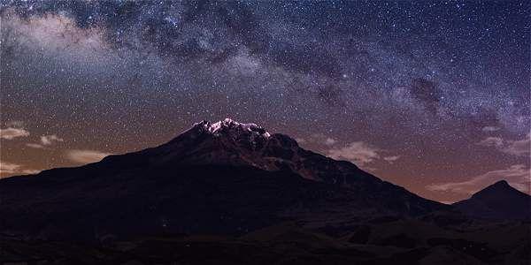 Volcán Chiles, en el extremo sur del departamento de Nariño, Colombia,  iluminado por la Vía Láctea.