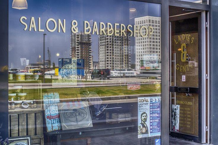 Project : Spiegel oep Antwerpen Reflectie van de woontorens van het eilandje in de Chaplin, een salon & barbershop in de Londenstraat. Project : Mirror on Antwerp Reflection of the towers of the island in the Chaplin, a salon and barbershop in London Street.
