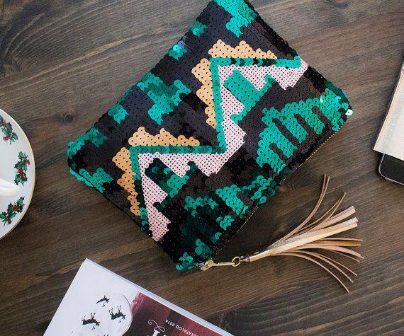 Pailletten Clutch im Azteken Muster. Gibt's auf Etsy.