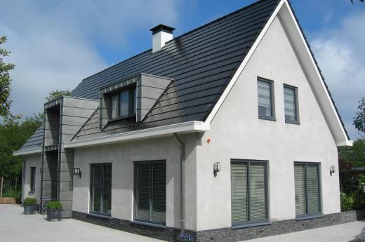 Een eigentijdse woning hoeft niet per sé een woning te zijn met een plat dak. Deze woning met moderne uitstraling is wit gestuct. De woning is op basis van het T-model Jungfrau, en heeft aan de achterkant een aanbouw.