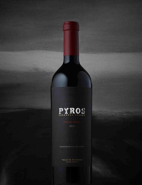 Se trata del vino ícono de Pyros Wines que sintetiza el espíritu salvaje e indómito del Valle de Pedernal a través de tres uvas insignia.