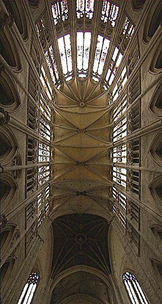 La cattedrale gotica di Beauvais, situata nella Piccardia: una delle zone più magiche della Francia. La cattedrale non fu mai completata, ma il coro costituisce, nell'architettura gotica, la massima altezza raggiunta fino ad ora, messa in piedi dal genio umano: 49,5 metri di altezza.