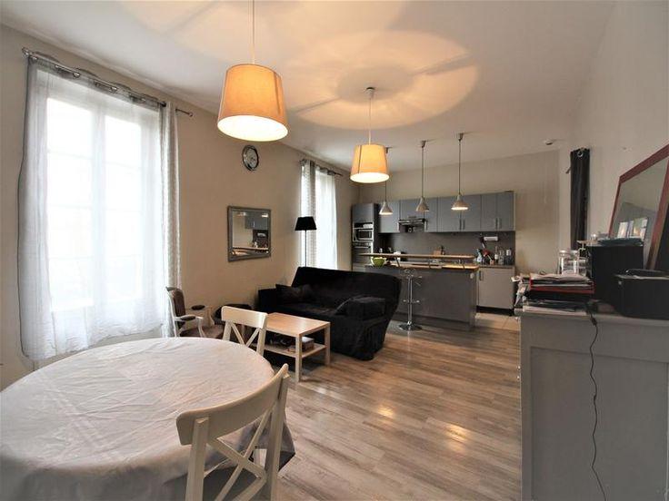 Immeuble très bien situé à 5mns à pied de la gare avec accès direct LGV (1h30 Paris, 35mn Bordeaux). Cet ensemble immobilier de 294m² composé de 2 ap...