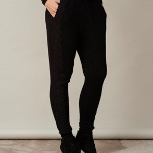 ANNA sweatpants with lace, black. The softest sweatpants made in wool/cashmere. We guarantee that these pants will become your new favourites. Has a beautiful lace along the leg, both to be worn at home on a cold winter day, or dressed up with a pair of stilettos.