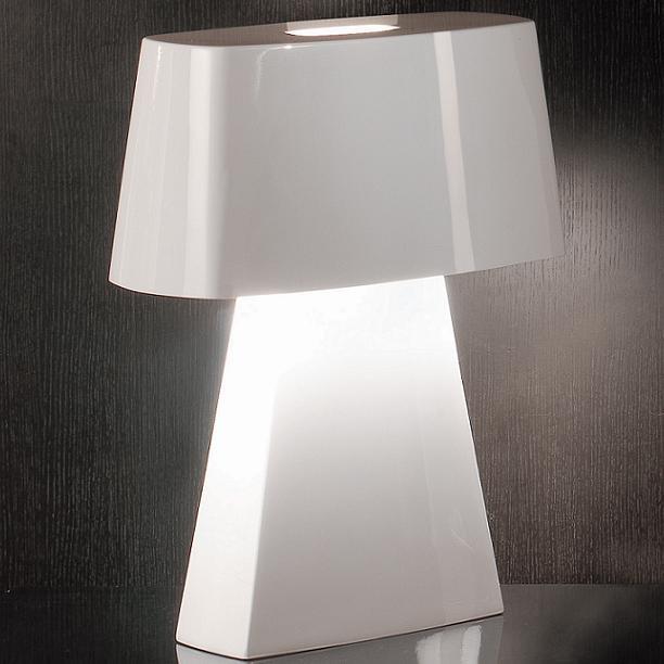 Tafellamp Bag van Penta. Met zijn glanzende buitenkant voegt de Bag tafellamp een vleugje glamour en stijl toe aan een kamer. Het ontwerp kan worden gekoppeld aan bijna elk interieur.  Designer: Carlo Colombo