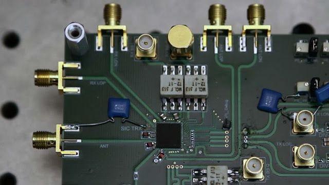 Inventan un revolucionario microchip que elevará la velocidad del wifi   La Universidad de Columbia ha presentado un microchip que transmite y recibe simultáneamente una señal a la misma frecuencia utilizando una sola antena.  Harish Krishnaswamy director del laboratorio Columbia High-Speed and Mm-wave IC (CoSMIC) dela Universidad de Columbia (EE.UU.) ha presentado un invento que revolucionaría el sector de las telecomunicaciones el circuito integrado de radio frecuenciaen modo 'full-duplex'…