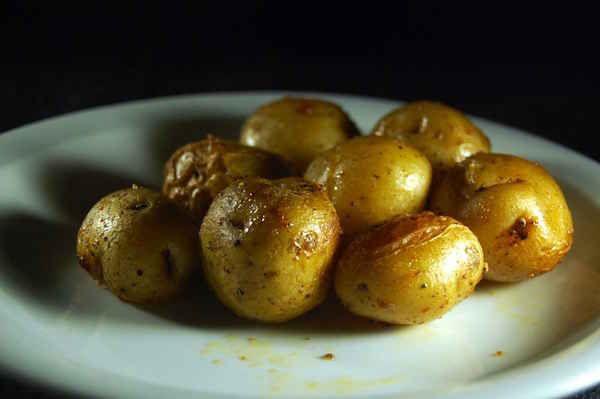 Pommes de terre sautées dans une assiette