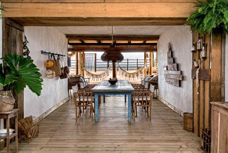 Tábuas que antes compunham uma extinta ponte de acesso à morada foram reutilizadas na área de refeições, onde disfarçam a presença de canos. Para adequar os espaços a seu estilo, Simone chamou a arquiteta Cris Nogueira.