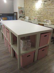 Couture : Table de coupe fait avec des tables basses Lack de chez Ikea et agrémenté de boîtes en cartons Pingla de chez Ikea.