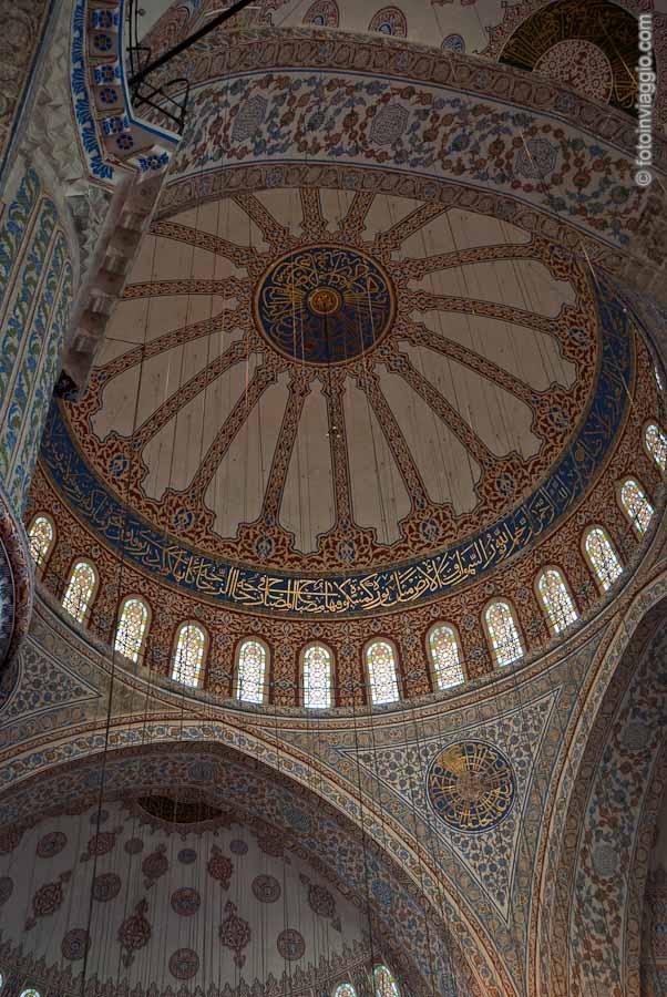 La Moschea Blu di Istanbul - Turchia - La Sultanahmet camii o Sultan Ahmet camii (da leggere giàmii), è una delle più importanti moschee di Istanbul. Universalmente è conosciuta come la Moschea blu. Il suo nome deriva dalle 21.043 piastrelle.