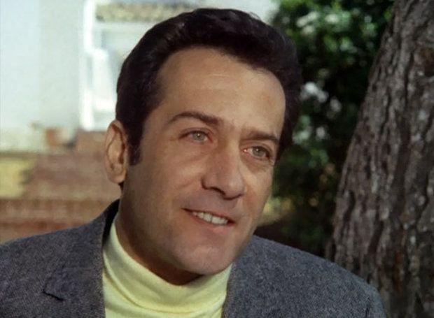 Αλέκος Αλεξανδράκης (1928 – 2005): Μεγάλος έλληνας ηθοποιός, που διακρίθηκε εξίσου στη μεγάλη και στη μικρή οθόνη. Γιος δικηγόρου από τη Μάνη, γεννήθηκε το 1928 στην Αθήνα...