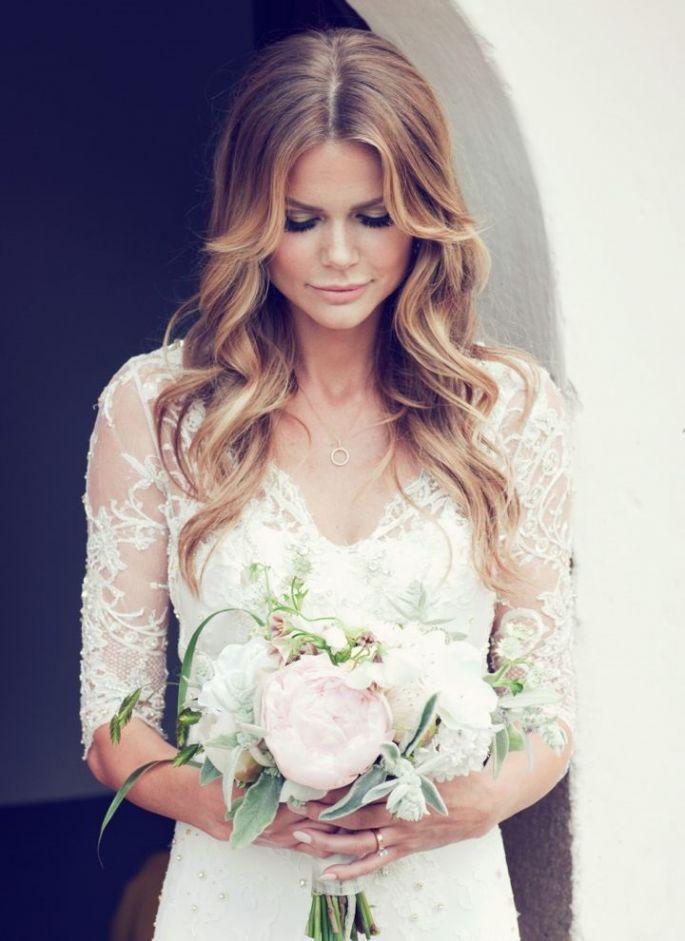 Osez une coiffure de mariée avec les cheveux détachés pour