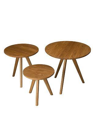 Nätt stilrent satsbord i 3 delar. Oljad ek. Levereras omonterad.<br>Bredd: 50 cm. Djup: 50 cm. Höjd: 45 cm.  <br><br>